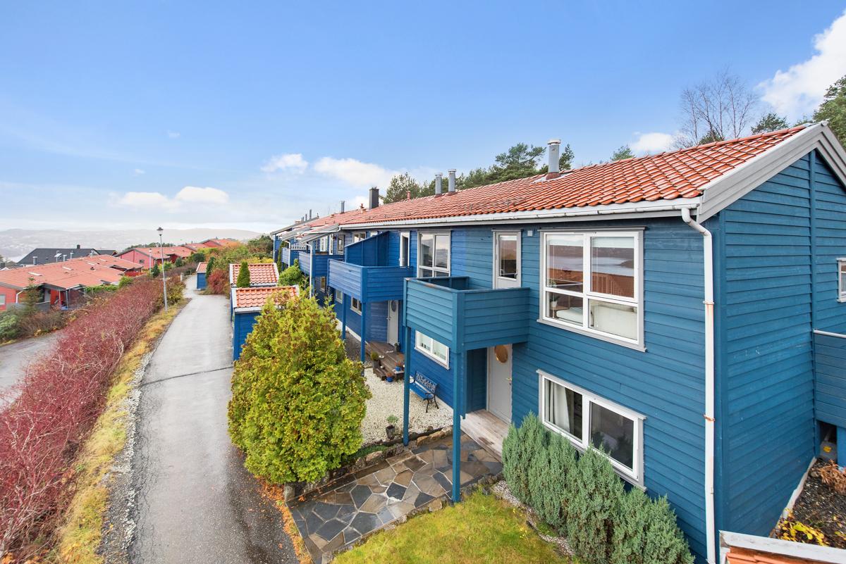 Velkommen til et nydelig enderekkehus i barnevennlige og populære omgivelser på Kråkenestoppen!