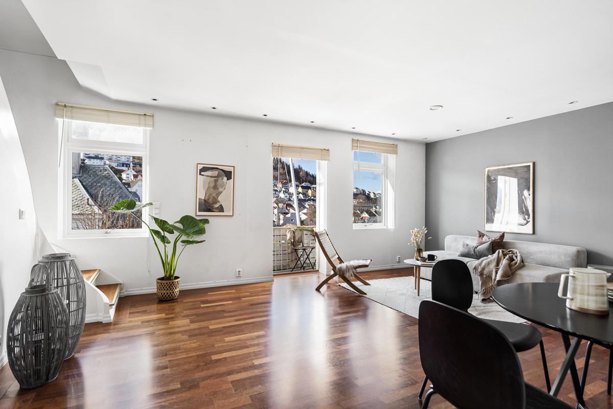 Velkommen til en nydelig 4-roms toppleilighet med flere terrasser og takterrasse, presentert av Chris-André Grimstad Fana Sparebank Eiendom
