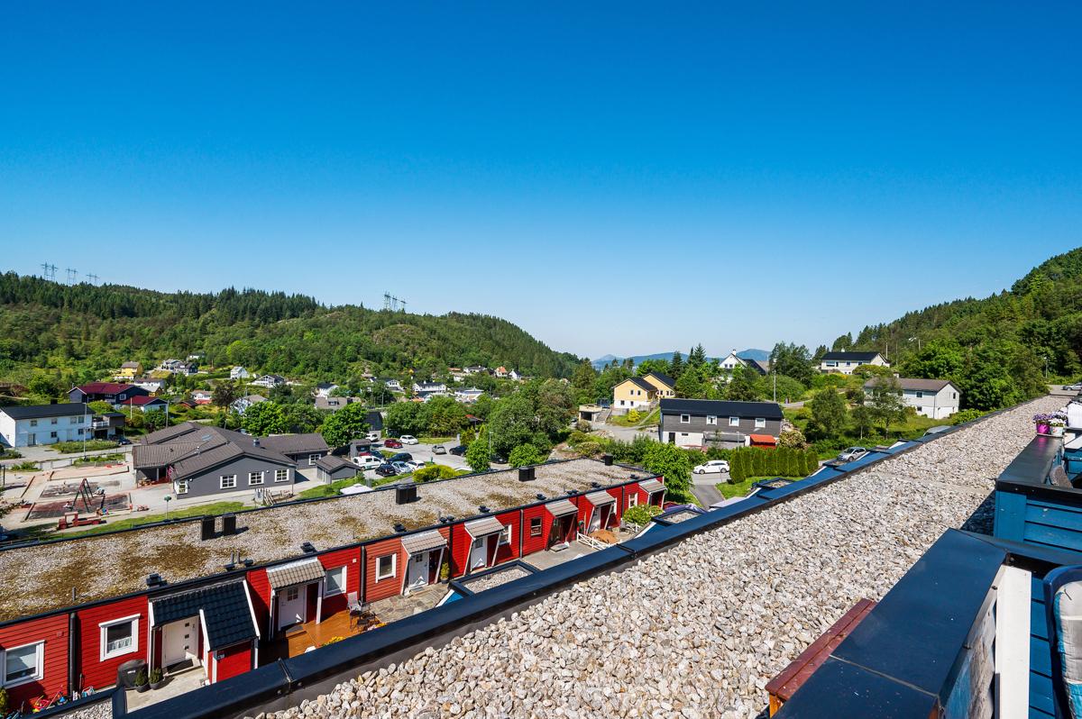 Vallalia 167. Velkommen til nydelig utsikt og meget gode solforhold. Bildet viser utsikt fra balkong.