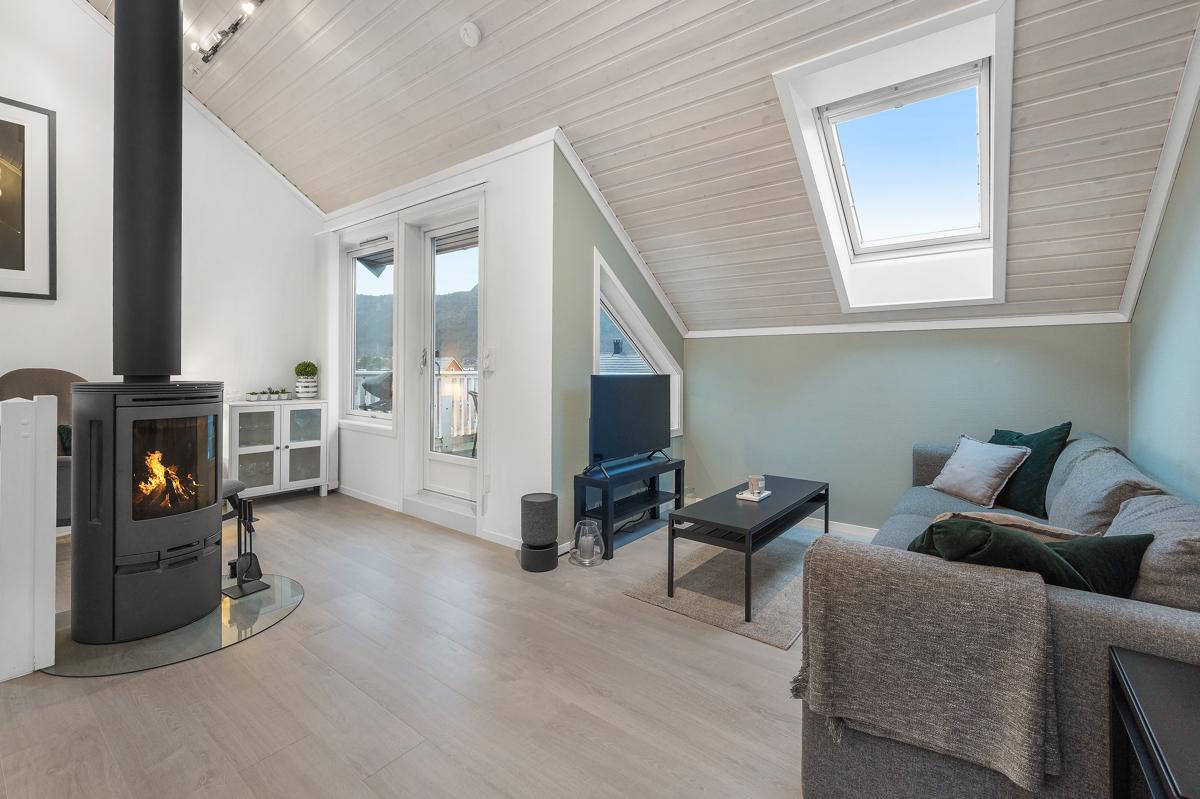 Velkommen til herlig 3-roms toppleilighet med sentral beliggenhet på Lyngbø, presentert av Chris-André Grimstad Fana Sparebank Eiendom