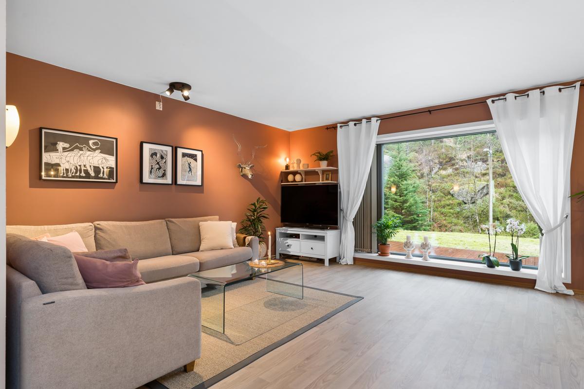 Velkommen til en nydelig 3-roms leilighet i naturskjønne omgivelser i Fyllingsdalen, presentert av Alxexander Tvedt. Fana Sparebank Eiendom