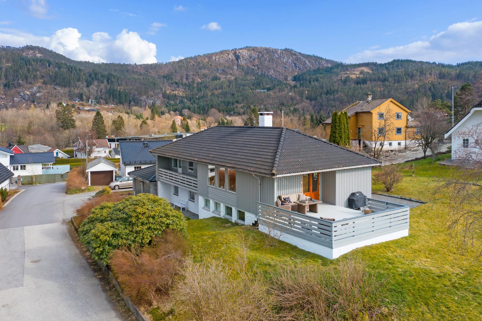 Velkommen til en stor, familievennlig enebolig i ettertraktet boligområdet på Fanahammeren, presentert av Chris-André Grimstad