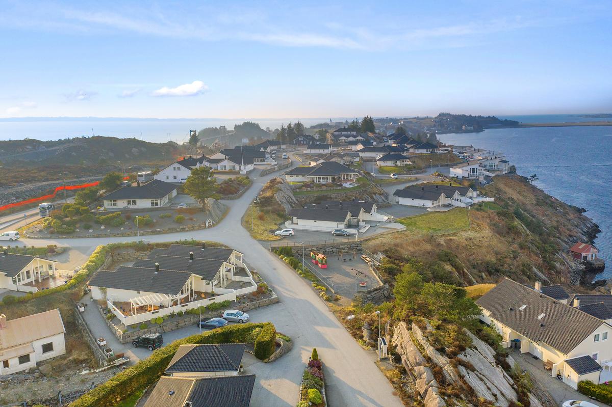 Velkommen til et nydelig enderekkehus i flotte omgivelser med solrik 70m² terrasse og flott sjøutsikt.