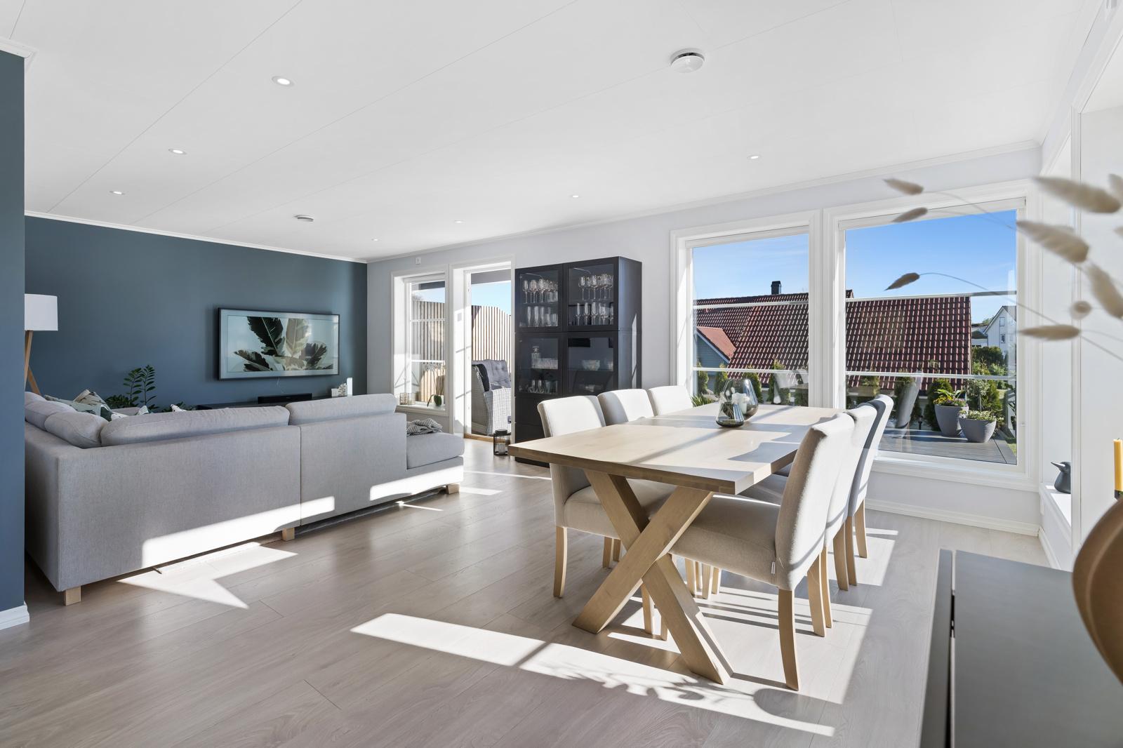 Flott stue med innfelte LED-spotter i tak og kontrastvegg