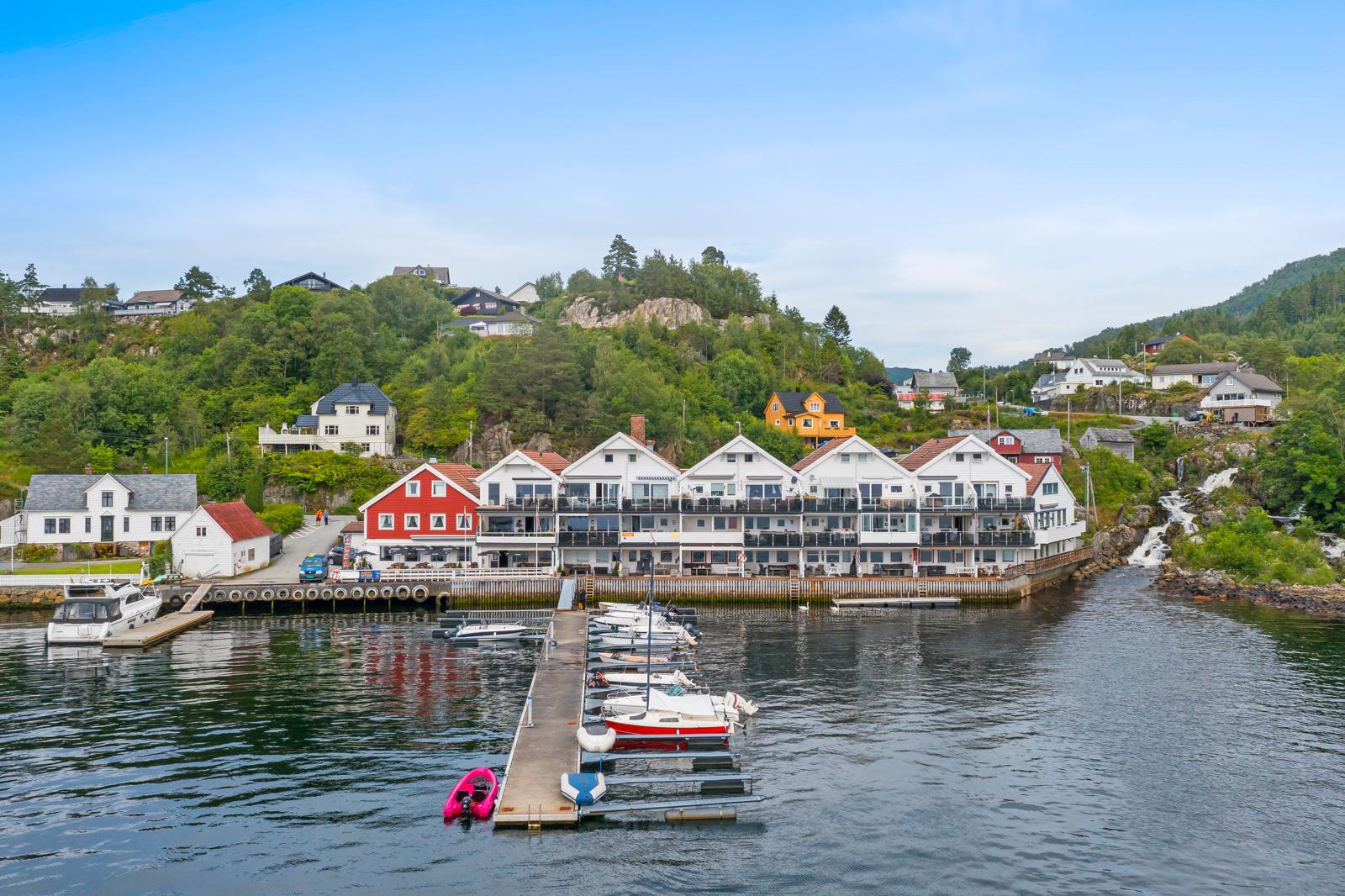 Randi Horstad har gleden av å presentere solrik fritidsleilighet i Uggdal!
