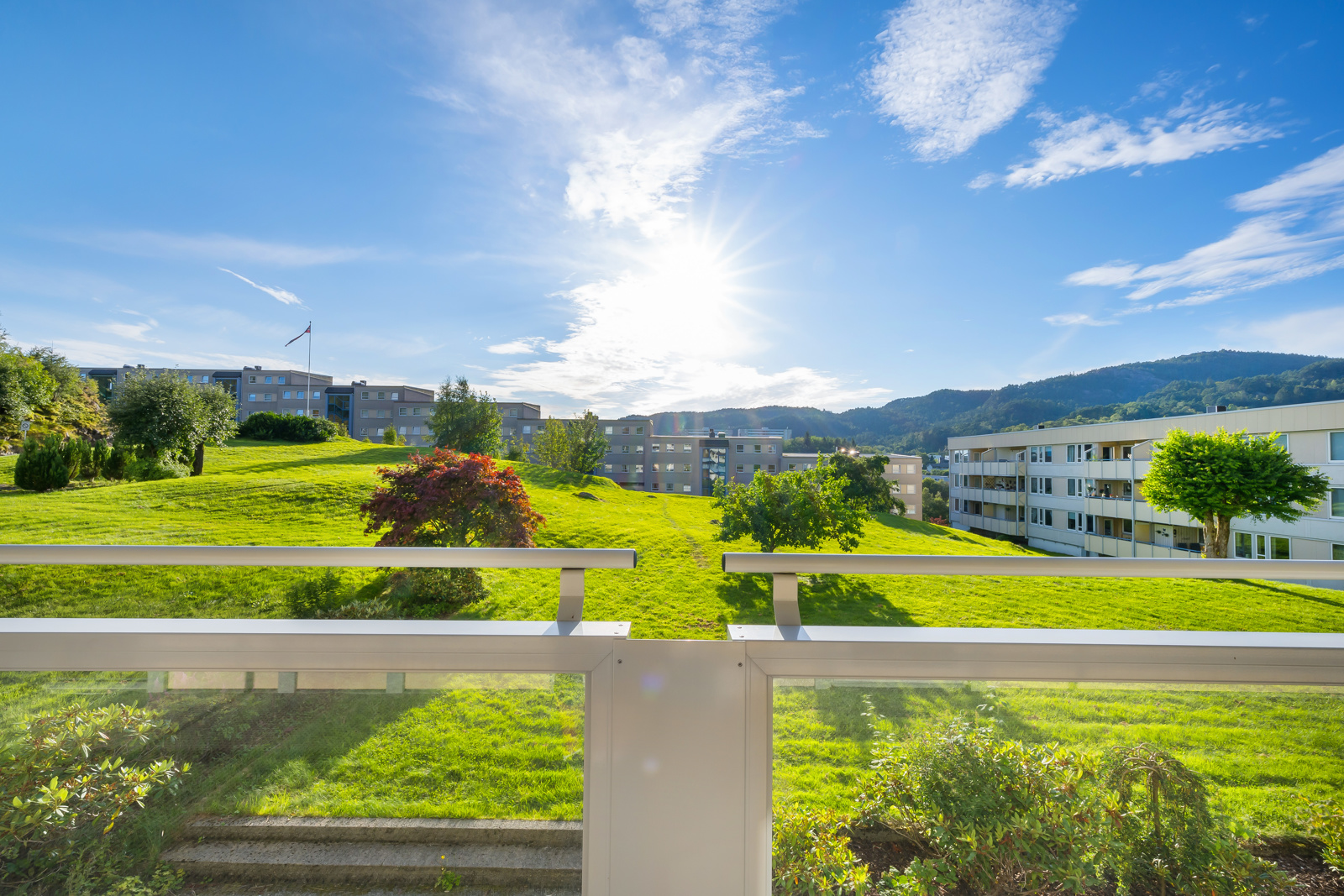 4-roms leilighet med pent utsyn fra altan og stue mot mot grøntområde