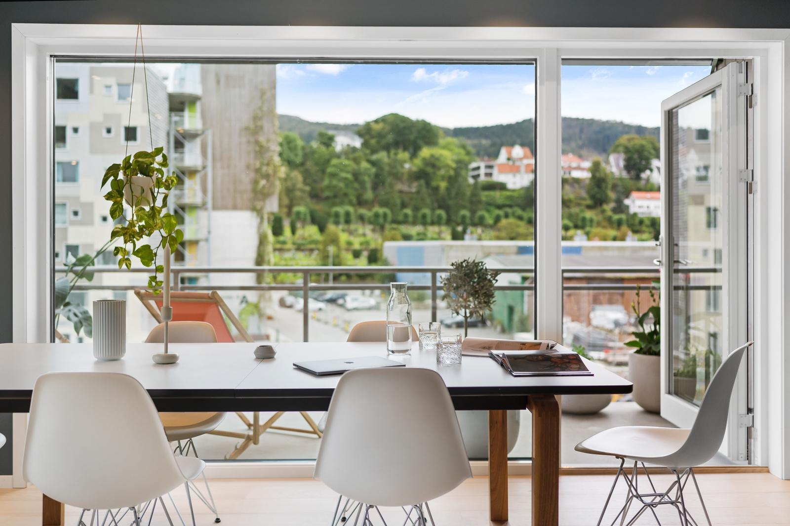 Velkommen til en stilfull 3-roms endeleilighet beliggende i indrefileten ved Store Lungegårdsvannet, presentert av Chris-André Grimstad